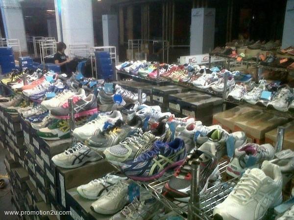 โปรโมชั่นรองเท้า Asics ลดราคาสูงสุดถึง 40% @ มาบุญครอง เซ็นเตอร์ ( ม.ค.56 )