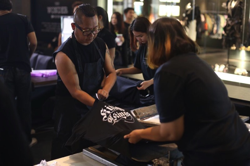 Free Screen King Rama9 T-Shirt at Siam Center P3